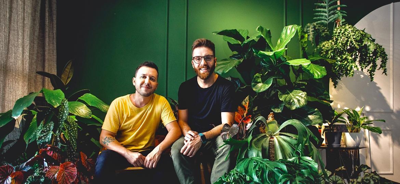 Os fotógrafos Alex Arruda e Junior Poubel apostam na cor verde desde a parede até as plantas com decoração que representa as personalidades de ambos - Arquivo Pessoal