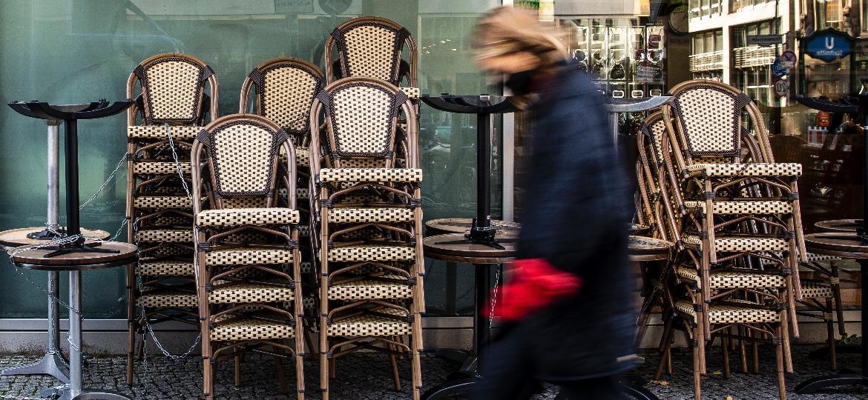 Mulher anda por Berlim com estabelecimentos fechados - Getty Images