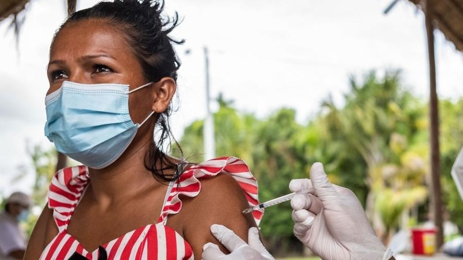 """A cobertura vacinal continua """"muito baixa"""", com apenas 50 milhões (3,6% da população continental) totalmente imunizada - OMS/Nadege Mazars"""