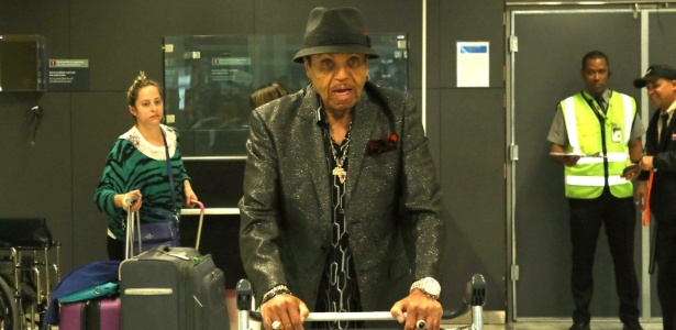 Pai de Michael Jackson, Joe Jackson chega ao Brasil para festa de 87 anos