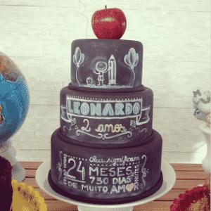 """A """"cake designer"""" Carolina Távora (carolinatavora.blogspot.com.br) fez um bolo-lousa para o aniversário de dois anos - Glau Macedo"""