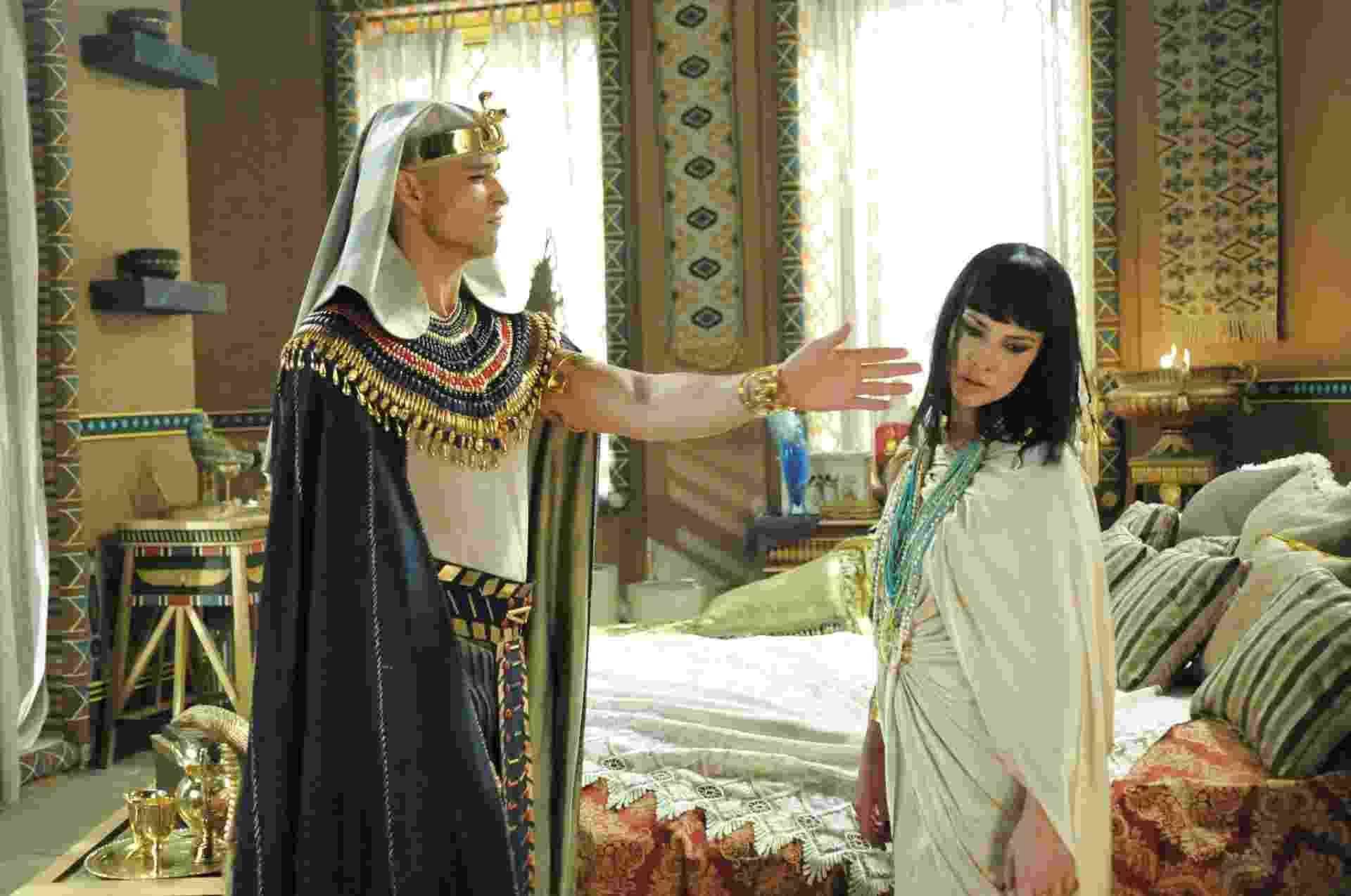 Ramsés (Sérgio Marone) ouve Nefertari (Camila Rodrigues) dizer a Karoma (Roberta Santiago) que ainda ama Moisés (Guilherme Winter). A rainha se desespera ao notar a presença do faraó. O rei expulsa Karoma do quarto e se mostra decepcionado com a mulher amada. Nefertari tenta se justificar, mas o soberano egípcio acaba perdendo a cabeça e lhe acerta um tapa na cara. A cena está prevista para ir ao ar na próxima quarta-feira (28) - Munir Chatack/TV Record