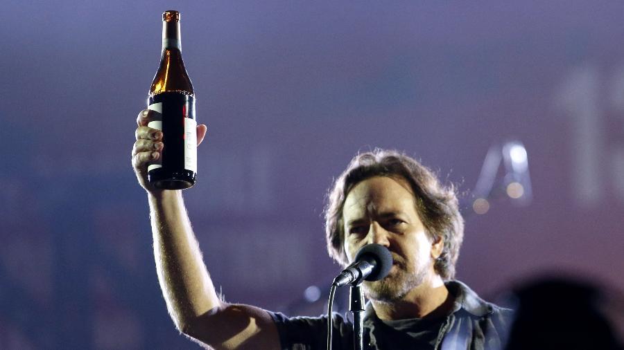 Eddie Vedder sempre se apresenta acompanhado por uma garrafa da bebida. Entre um gole e outro, o Pearl Jam capricha no setlist - Kena Betancur/AFP