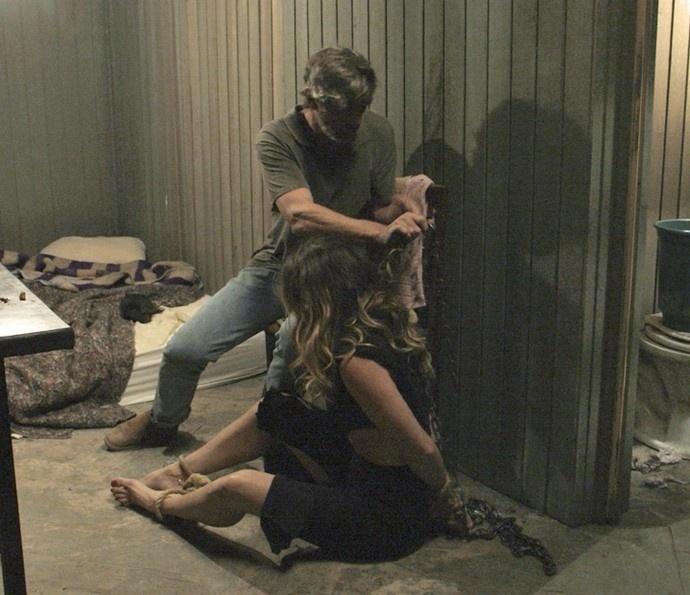 Humilhada, Atena é presa em coleira de cachorro