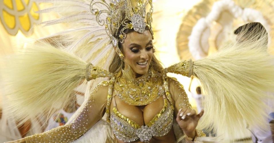 8.fev.2016 - Nicole Bahls usa fantasia branca e dourada no desfile da Vila Isabel na Sapucaí. Samba-enredo traz o tema