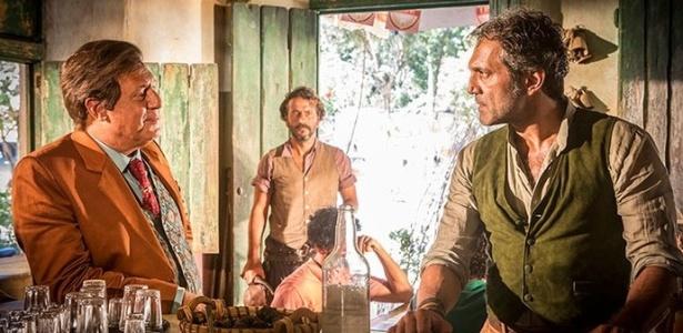 """Santo (Domingos Montagner, à direita) encara Afrânio (Antonio Fagundes) e é ameaçado por Cícero (Marcos Palmeira) em """"Velho Chico"""" - Reprodução/""""Velho Chico""""/GShow"""
