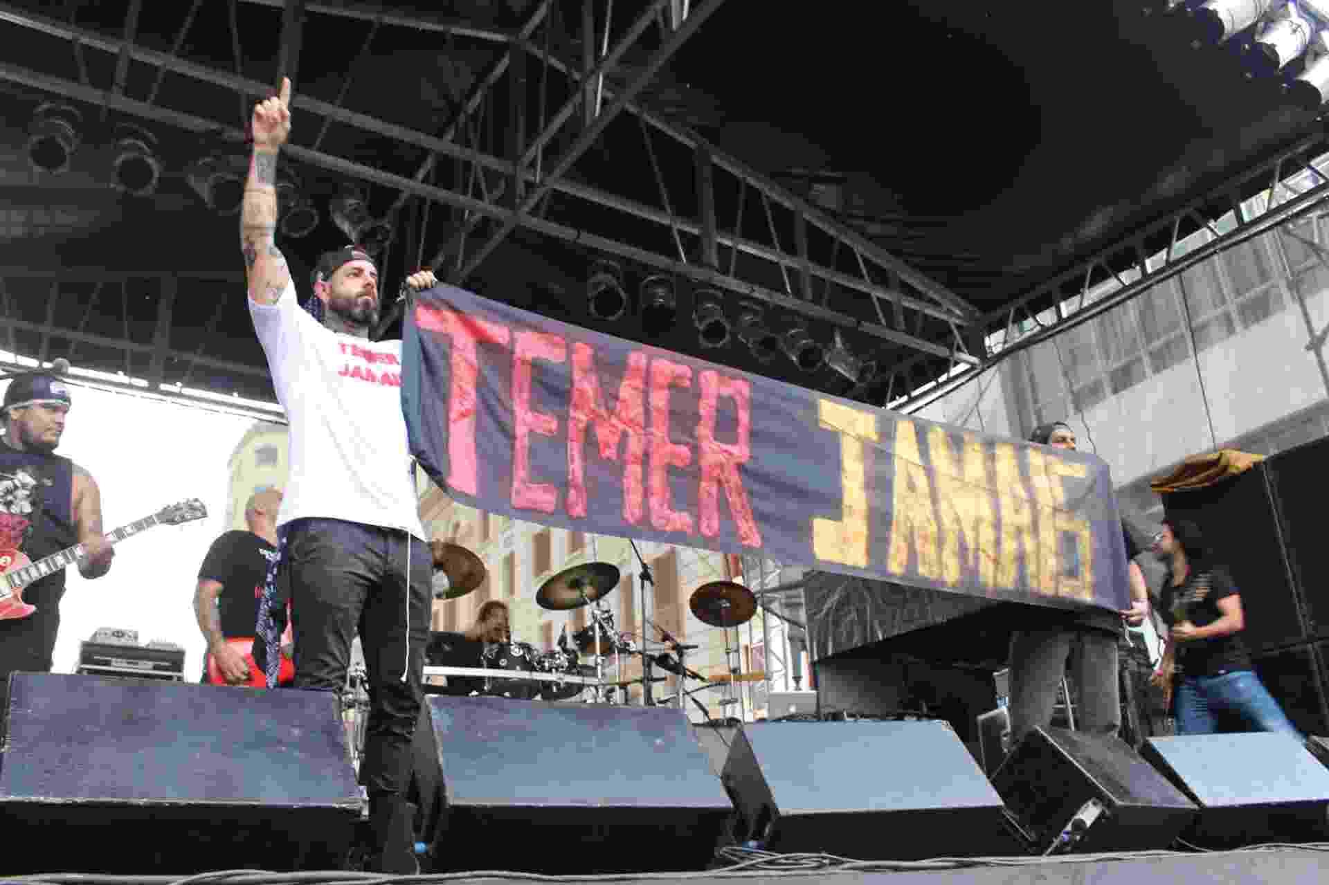 """22.mai.2016 - Tico Santa Cruz com camisa e faixa """"Temer jamais"""" durante show do Detonautas na Virada Cultural, em São Paulo, no Palco Rio Branco - Rômullo Dawid/Fotoarena/Estadão Conteúdo"""
