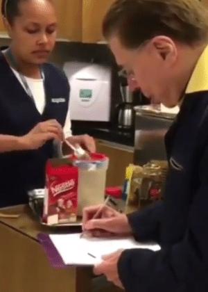 Silvio Santos aprende a fazer cappuccino no salão do cabeleireiro Jassa - Reprodução/Instagram/geraldobalanca