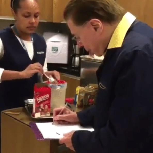 Silvio Santos aprende a fazer cappuccino no salão de Jassa