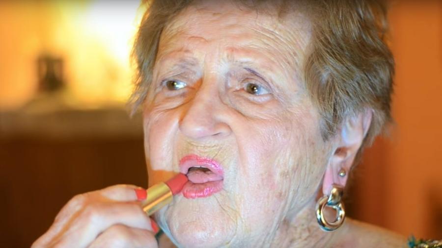 Vovó é sucesso na internet com tutoriais de beleza - Reprodução/Still/YouTube