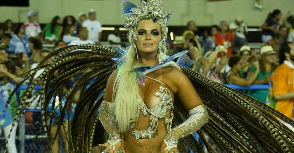 Musa da Acadêmicos da Rocinha, Veridiana Freitas mostrou demais e deixou o seio escapar de sua fantasia durante desfile em homenagem ao carnavalesco Viriato Ferreira