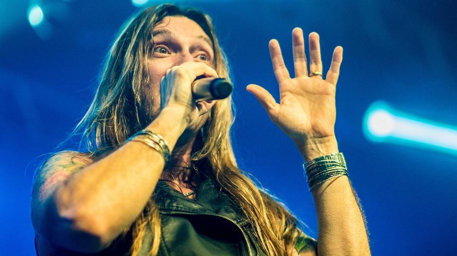 Edu Falaschi anuncia mais 23 shows cantando Angra - Paula Mordente