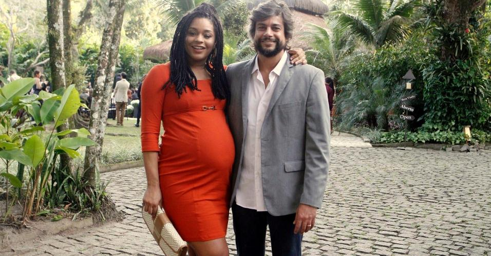 """Na reta final da gravidez, Juliana Alves e o marido, o diretor Ernani Nunes, marcam presença no """"chásamento"""" de Maíra Charken no Rio"""