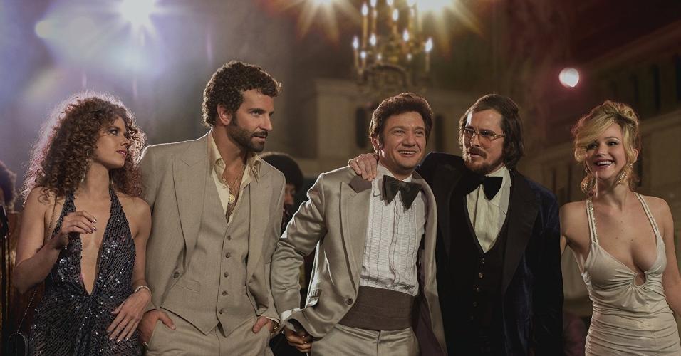 """Amy Adams, Bradley Cooper, Jeremy Renner, Christian Bale e Jennifer Lawrence em """"Trapaça"""" (2013)"""