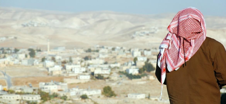 Homem palestino observa a paisagem da Cisjordânia, no Oriente Médio - Getty Images