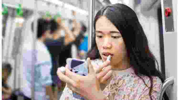 É falta de educação se maquiar no trem ou no metrô? - Getty Images - Getty Images