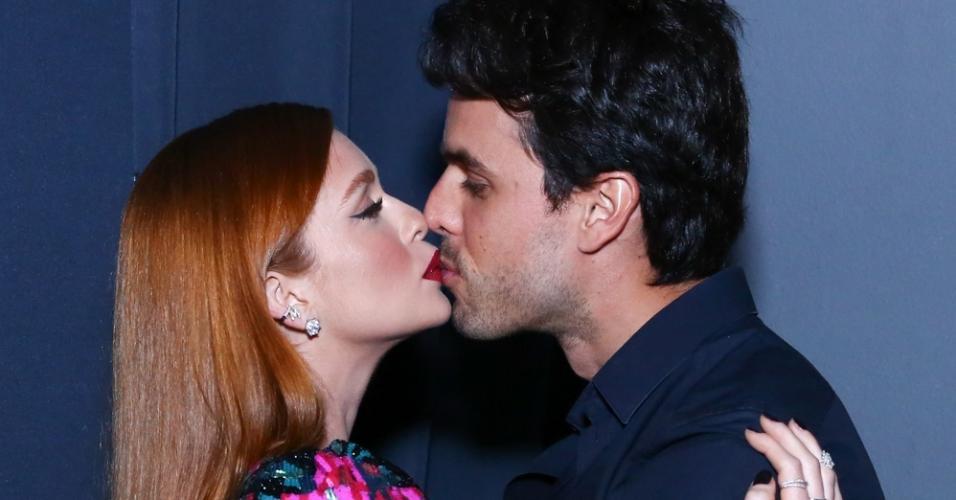 """Marina Ruy Barbosa e o marido, Alexandre Negrão, aos beijos na festa de lançamento de """"O Sétimo Guardião"""""""