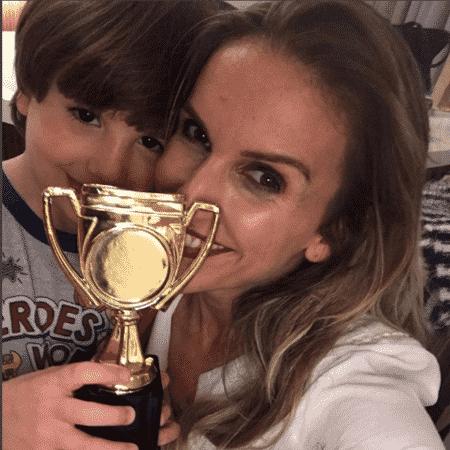 Mariana Ferrão ganha troféu do filho - Reprodução/Instagram