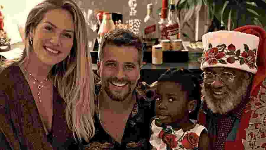Giovanna Ewbank e Bruno Gagliasso posam com a filha Titi e um Papai Noel negro - Reprodução/Instagram