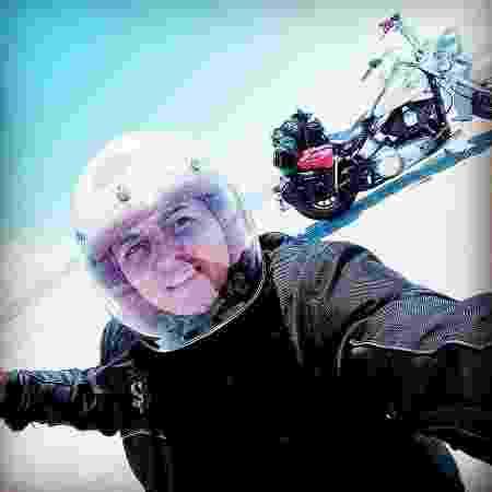 A motoqueira Deisi Nerwesk, no Salar de Uyuni, na Bolívia - Deisi Nerwesk / Arquivo pessoal - Deisi Nerwesk / Arquivo pessoal