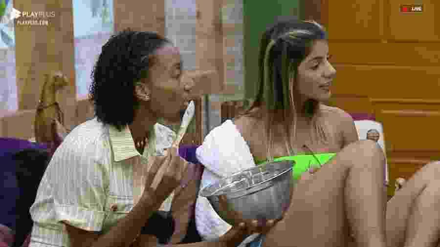 Sabrina e Hariany conversam na sala de sede  - Reprodução/PlayPlus