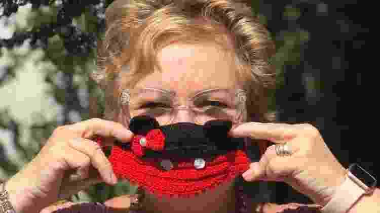 A comerciante mostra uma de suas máscaras de crochê - Arquivo Pessoal