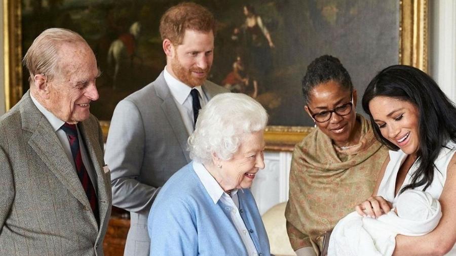 Meghan Markle apresentado Archie, que é cercado pela rainha Elizabeth 2ª e o príncipe Philip - Reprodução/Instagram
