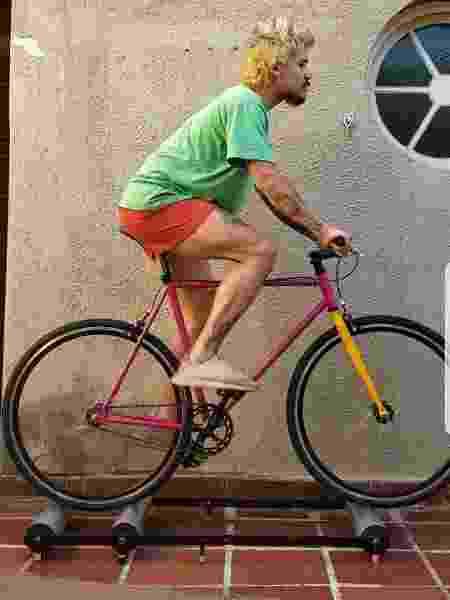 Bruno Kawagoe investiu em um rolo para continuar pedalando - Acervo pessoal
