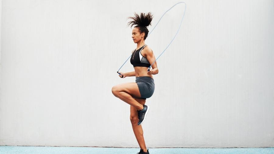 Com a compra de alguns produtos é possível fazer uma variedade de exercícios aeróbicos e de força em casa - Getty Images