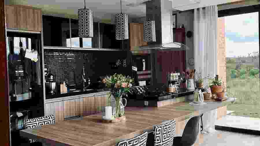 A cozinha, preta e integrada, antecipa que essa casa de campo tem seu lado contemporâneo - Reprodução/Instagram