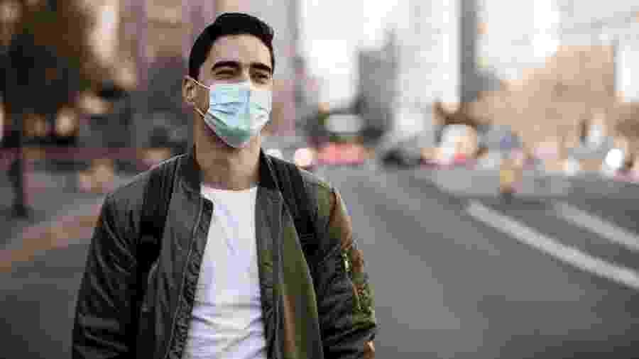 Mais de 6.000 cientistas e médicos assinaram uma carta aberta pedindo que se estimule a ideia de resguardar apenas idosos e doentes e permita a circulação de jovens acima de 18 anos para espalhar o novo coronavírus e elevar a imunidade - iStock