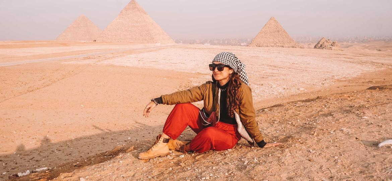Marina Pedroso em frente às Pirâmides de Gizé, no Egito - Arquivo pessoal