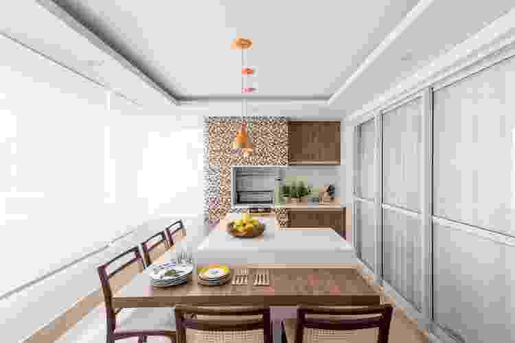 Na varanda gourmet deste apartamento, Isabella Nalon adotou bancadas de quartzo e, em torno da churrasqueira, mosaico de pastilhas de cerâmica - Julia Herman - Julia Herman