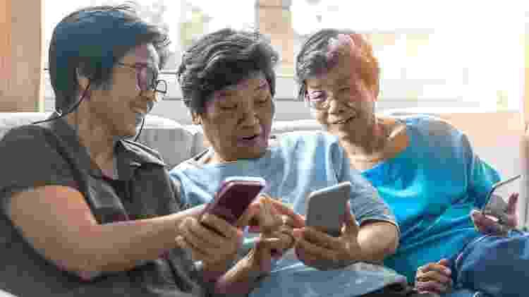 Irmãs idosas ao celular - iStock - iStock
