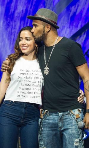 14.ago.2015 - Anitta e Flávio Renegado no ensaio para o