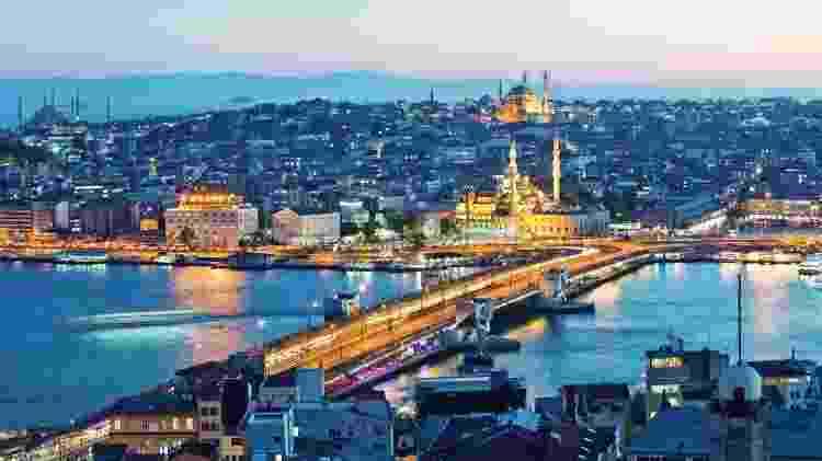 A ponte de Gálata cruza o estreito de Bósforo e é uma ligação entre a tradicional região que cerca a área de Sultanahmet e o descolado bairro de Beyoglu - Getty Images - Getty Images