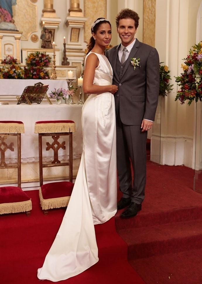 Regina e Vinícius se casam no último capítulo da novela