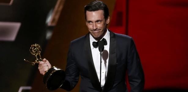 Jon Hamm faz seu discurso de aceitação após receber o prêmio de melhor ator de série dramática no Emmy