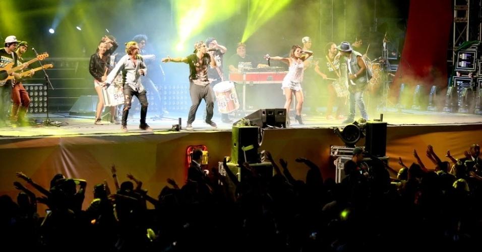 23.jan.2016 - Público curte o show da banda Carrossel da Emoção, durante sua apresentação no CarnaUOL, que acontece no Urban Stage, em São Paulo. A principal atração da noite é Ivete Sangalo