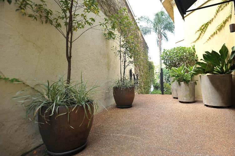 Simplicidade e muitas folhagens marcam este jardim for Ceramicas reinaldo