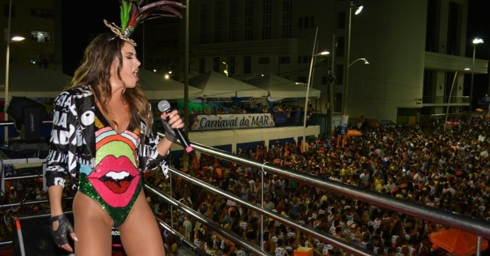 """6.fev.2016 - Alinne Rosa usa look que homenageia o universo LGBT neste sábado, no bloco """"Eu Vou"""". Sua roupa traz palavras como bicha, gay, Sapatão, entre outras, estampadas na fantasia."""