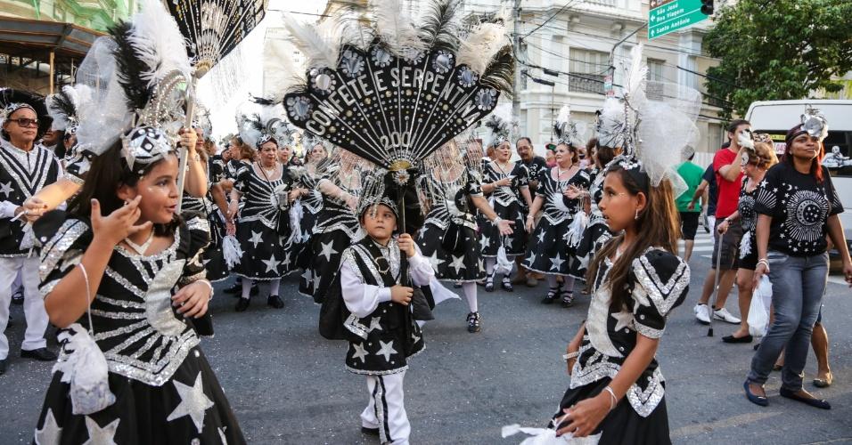 8.fev.2016 - O bloco lírico Confete e serpentina desfila pela ruas do Recife antigo nesta segunda-feira de Carnaval com o tema Magia da Lua