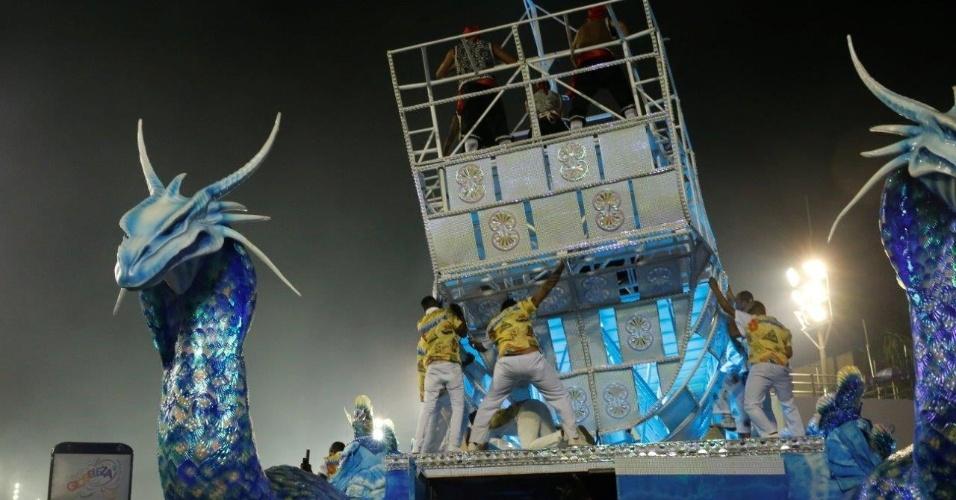 9.fev.2016 - Integrantes sobem em carro alegórico da Portela em concentração do desfile, na madrugada desta terça-feira