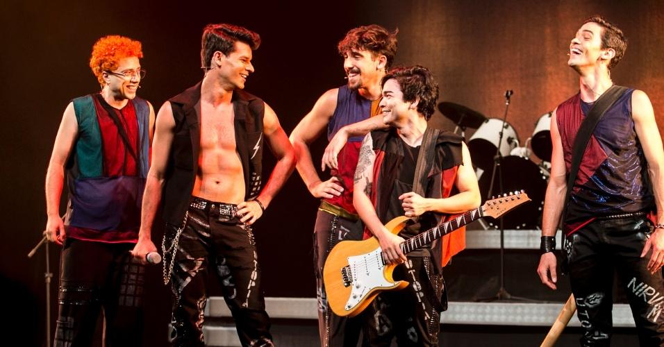 8.mar.2016 - O musical foi escrito como se os próprios integrantes da banda de Guarulhos contassem a sua história