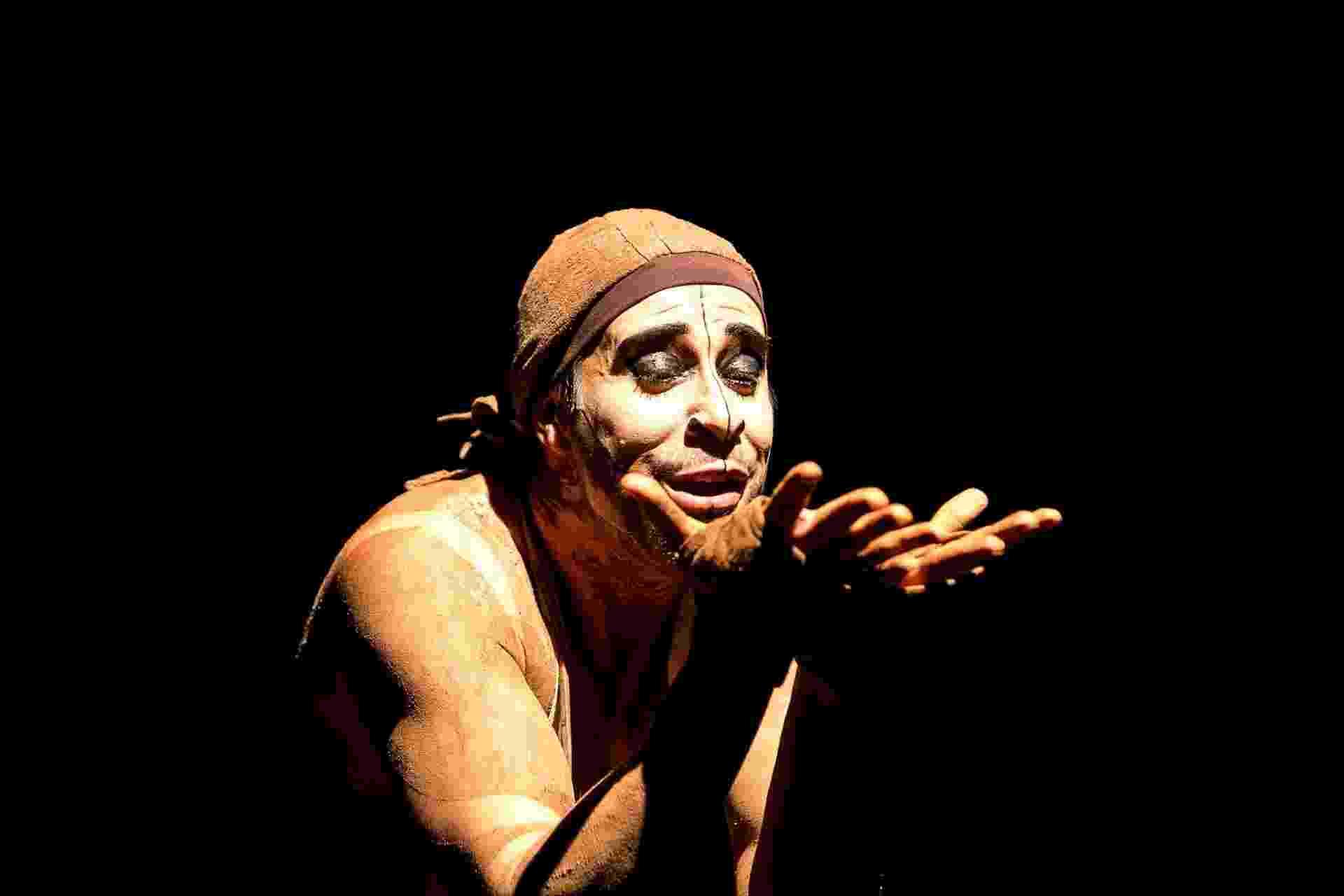 Alexandre Guimarães, de Recife, em cena da peça O Açougueiro, destaque do Fringe, no Festival de Teatro de Curitiba - Lina Sumizono/Clix