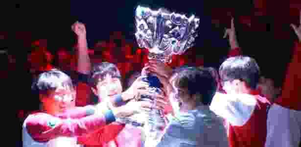 """Faker e a SKT1 comemoram o inédito tricampeonato mundial de """"LoL"""" - Reprodução"""