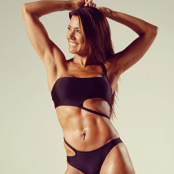 """A personal trainer Solange Frazão está prestes a fazer 54 anos (em 28 de dezembro) com um corpo de dar inveja a muitas adolescentes. Ela acredita que está mais bonita atualmente do que quando tinha 25 anos. """"O tempo pode parecer vilão, mas é preciso aproveitá-lo para ele virar seu aliado. Beleza e maturidade formam uma dupla imbatível"""", acredita"""