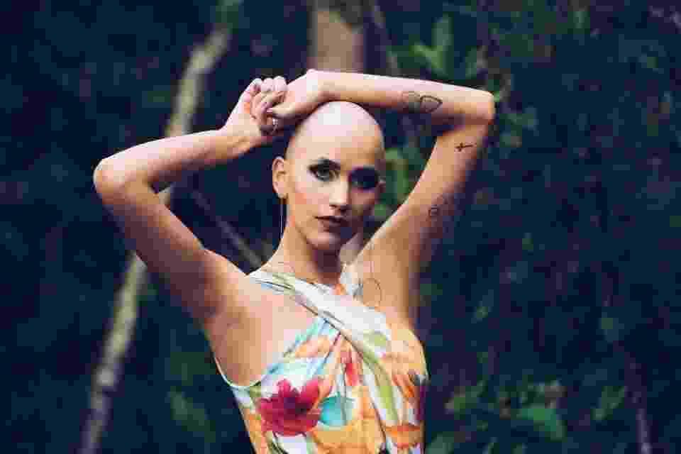 A universitária Gabrielly Oliveira foi a estrela de um ensaio fotográfico onde o interesse era chamar a atenção para a prevenção do câncer, assim como fazer quem sofreu da doença reencontrar sua beleza e alegria - Reprodução/Hugo Barreto