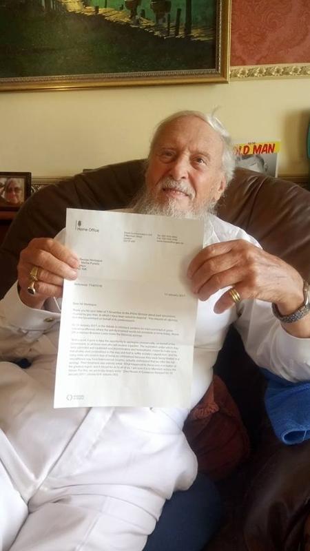 O escritor e ativista George Montague mostra carta que recebeu do governo britânico com pedido de desculpas - Reprodução/Facebook