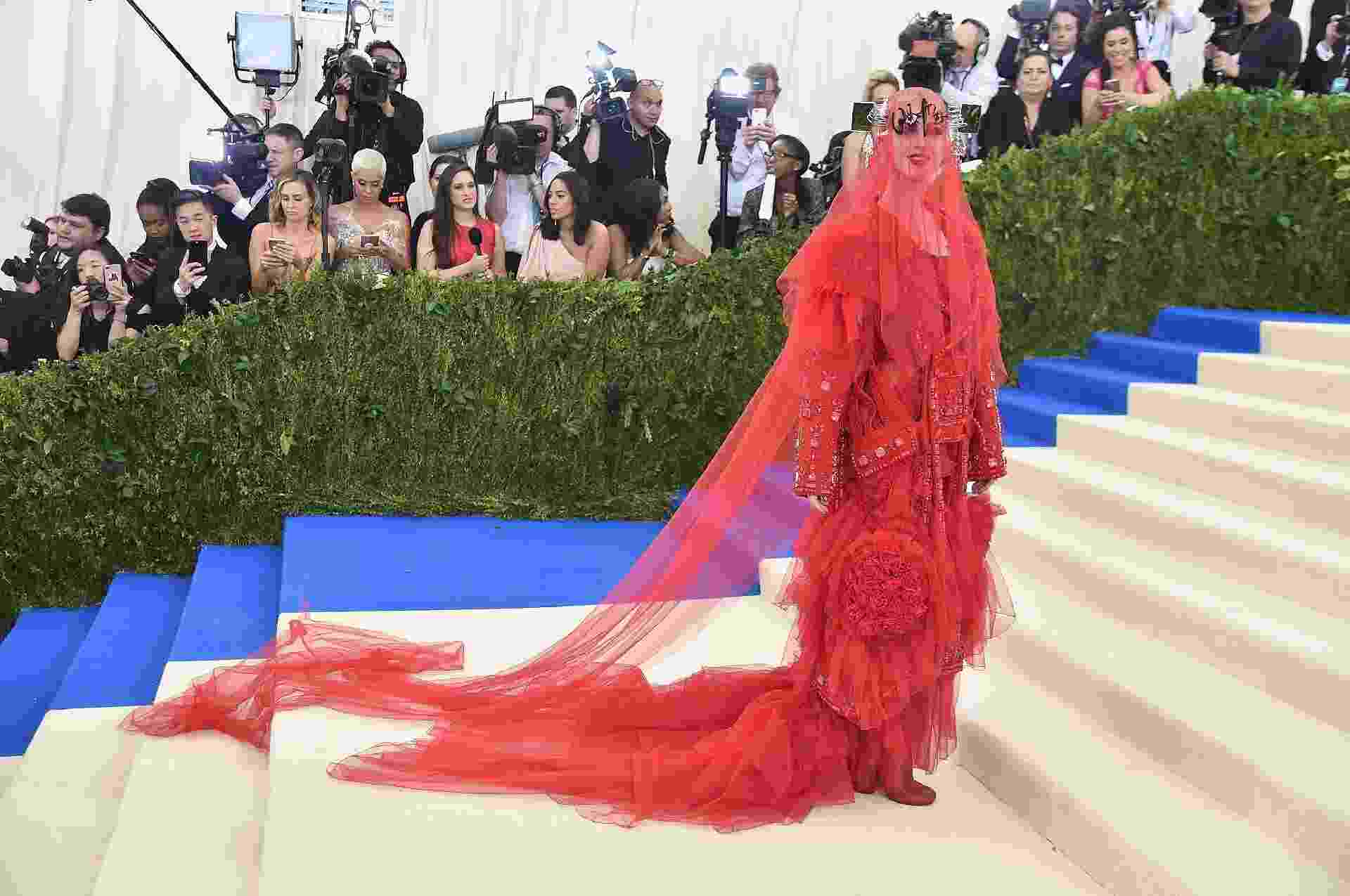 Katy Perry vai toda coberta de vermelho ao baile do Met Gala e vestido chama atenção - Getty Images